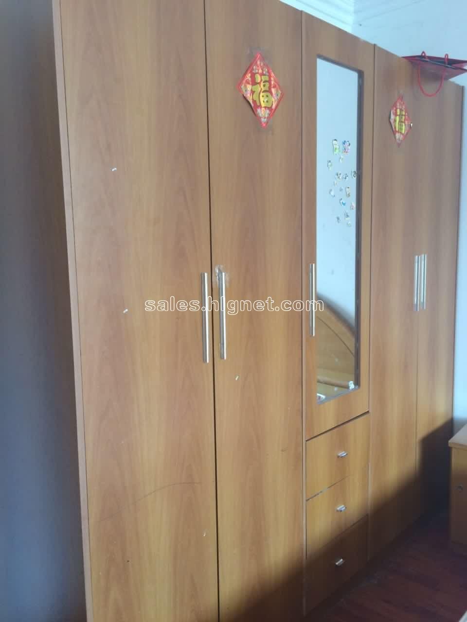 双开门衣柜,中间有镜子和抽屉