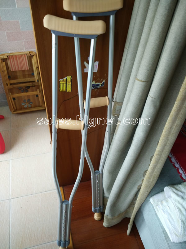 因扭伤脚踝在医院买的拐杖,现在脚伤已经好了,留在家里无用,低价转让.